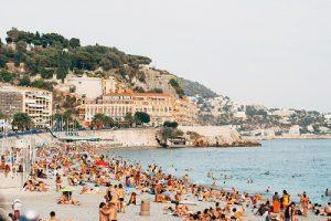 plage bondée de touristes