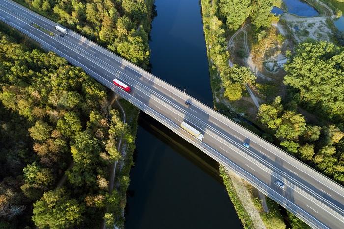 route sur un pont au dessus d'une foret